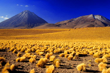HMS0349540 Chile, Antofagasta region, El Loa Province, Licancabur and Juriquez volcanoes situated on Sur Lipez Mountain Range, at the border between Chile and Bolivia