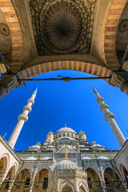 TUR0316AW Inner courtyard low angle view of Yeni Cami or New Mosque, Istanbul, Turkey
