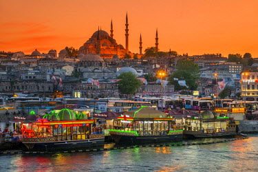 TUR0335AW Suleymaniye Mosque and city skyline at sunset, Istanbul, Turkey
