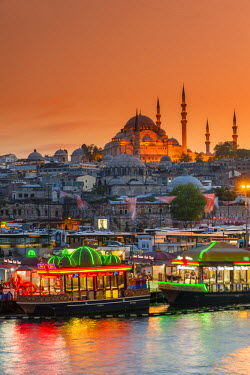TUR0336AW Suleymaniye Mosque and city skyline at sunset, Istanbul, Turkey