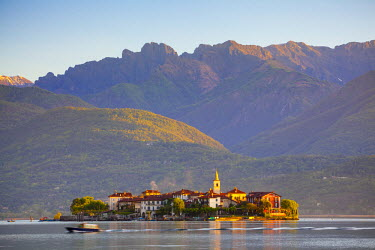 IT04362 The idyllic Isola dei Pescatori (Fishermen's Islands) illuminated at sunrise, Borromean Islands, Lake Maggiore, Piedmont, Italy