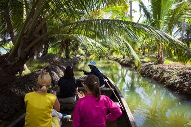 HMS0302560 India, Kerala State, near Kollam, Munroe island, dugout canoe trip through the canals