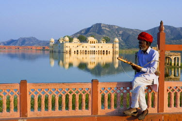 HMS0344865 India, Rajasthan State, Jaipur, Jal Mahal, cithara player in front of Jaipu Maharajas's Summer Palace