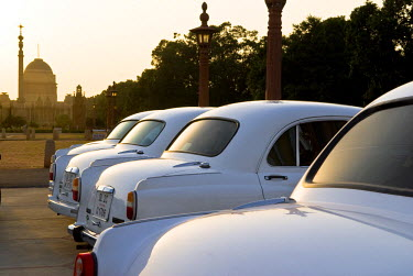 HMS0530317 India, New Delhi, Presidential Palace, Ambassador car, local and official car in front of the Presidential Palace