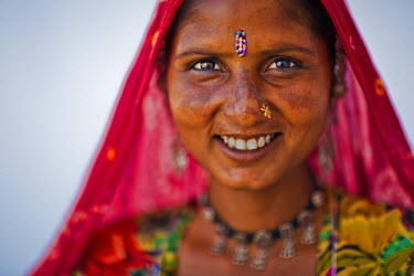 HMS0645758 India, Rajasthan state, Pushkar, portrait of a young woman from a gypsy family
