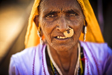 HMS0645759 India, Rajasthan state, Nagaur, camel fair site, portrait of an elderly woman belonging to a family of camel traders