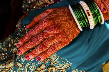 HMS0828914 India, Maharashtra state, Trimbak, bride hand with henna tattoos