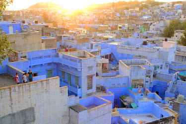 HMS1390185 India, Rajasthan, Jodhpur, known as the Blue City, the old town at the foot of Mehrangarh palace