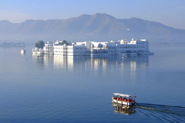 HMS1390224 India, Rajasthan, Udaipur, on the shores of Lake Pichola, the Lake Palace built in 1743-1746, it is made of marble and is situated on Jag Niwas island