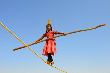 HMS1666503 India, Rajasthan, Jaisalmer, Young tightrope walker