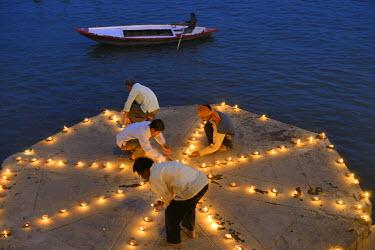 HMS1769766 India, Uttar Pradesh, Varanasi, Dev Deepawali festival, Hindu devotees lighting oil lamps The Dev Deepavali festival (litterally the Diwali of the Gods) is celebrated on the full moon of the Hindu mon...
