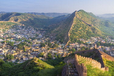 HMS1853914 India, Rajasthan State, hill fort of Rajasthan listed as World Heritage by UNESCO, Jaipur, Amber, ramparts surrounding the city on the hills of Aravalli Range