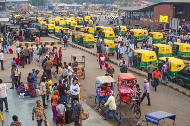 HMS1854021 India, New Delhi, Paharganj district, rickshaws in front of New Delhi railway station