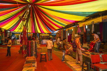 HMS1854038 India, New Delhi, Dilli Haat is a wide range of craft shops of all states of India