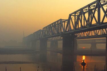 HMS1900016 India, Bihar state, Patna, Sonepur, man crossing the Gangak river at sunrise by boat