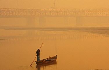 HMS1900025 India, Bihar state, Patna, Sonepur, man crossing the Gangak river at sunrise by boat