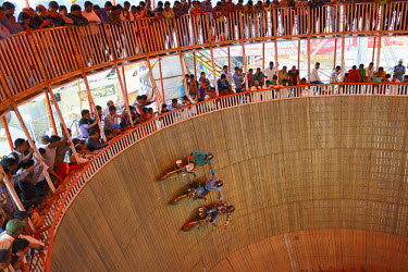 HMS1992608 India, Bihar, Patna region, Sonepur livestock fair, The fun fair, Motorcyclists in The well of death