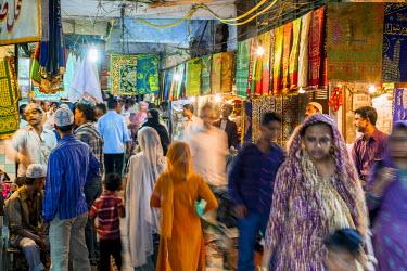 HMS2025184 India, New Delhi, Nizamuddin West Muslim district, shopping street access at the mausoleum of Sufi saint Nizamuddin Auliya of India