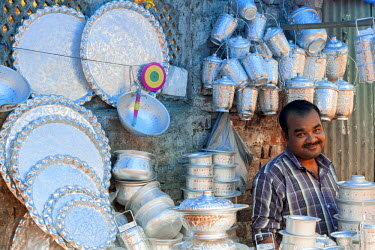 HMS2025185 India, New Delhi, Nizamuddin West Muslim district, seller of goods tinplate market