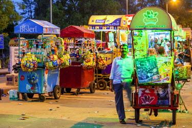 HMS2025228 India, New Delhi, Rajpath boulevard, India Gate, ice cream, snacks and beverages
