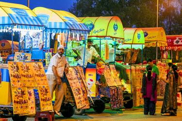 HMS2025229 India, New Delhi, Rajpath boulevard, India Gate, ice cream