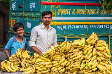 HMS2025297 India, New Delhi, Saket district, Saket Market, banana vendor
