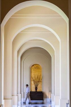 HMS2025313 India, New Delhi, Gurgaon, Hotel Trident (Oberoi hotel group) designed by Thai architect Lek Bunag, corridor