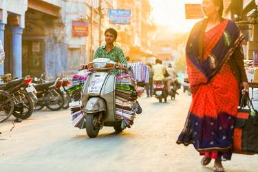 HMS2190644 India, Rajasthan state, Jodhpur, street scene, carrying cloths