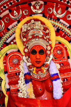 HMS2214620 India, Kerala, Kannur region, Parayangat temple, Theyyam Kundor Chamundi