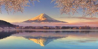 JP03587 Japan, Yamanashi Prefecture, Kawaguchi Ko Lake and Mt Fuji