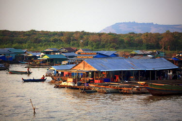 CM02097 Cambodia, Tonle Sap Lake, Chong Kneas floating villages