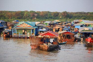 CM02098 Cambodia, Tonle Sap Lake, Chong Kneas floating villages