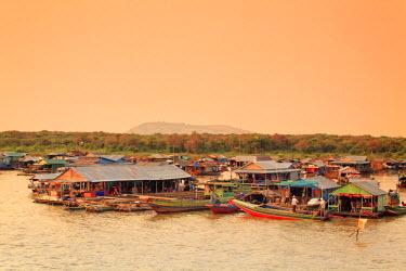 CM02099 Cambodia, Tonle Sap Lake, Chong Kneas floating villages