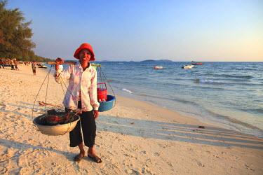CM02105 Cambodia, Sihanoukville, Serendipity Beach, beach food vendor