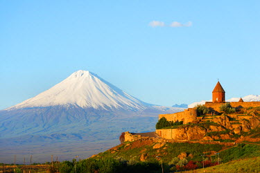 ARM0028 Eurasia, Caucasus region, Armenia, Khor Virap monastery; Lesser Ararat (3925m) near Mount Ararat in Turkey photographed from Armenia