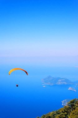 TUR0509 Turkey, Mediterranean, Aegean Turquoise coast, Oludeniz near Fethiye, paragliders over the Blue Lagoon