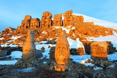 TUR0695 Turkey, Eastern Anatolia, Nemrut Dagi (Mount Nemrut),  UNESCO, Antiochos Sanctuary, eastern terrace, sunrise, Head of Apollon and Zeus Oromasdes