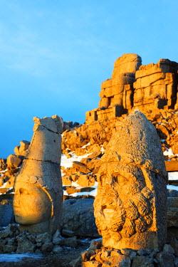TUR0696 Turkey, Eastern Anatolia, Nemrut Dagi (Mount Nemrut),  UNESCO, Antiochos Sanctuary, eastern terrace, sunrise, Head of Apollon and Zeus Oromasdes