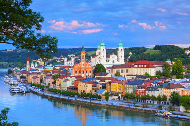 DE05905 Elevated view towards the picturesque city of Passau at sunset, Passau, Lower Bavaria, Bavaria, Germany