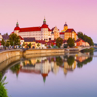 DE05922 Neuburg Castle reflected in the River Danube at dawn, Neuburg, Neuburg-Schrobenhausen, Bavaria, Germany