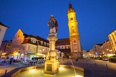 DE05952 Old Town Water Fountain & Church illuminated at Dusk, Deggendorf, Lower Bavaria, Bavaria, Germany