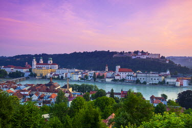 DE05969 Elevated view over Old Town Passau and The River Danube illuminated at Dawn, Passau, Lower Bavaria, Bavaria, Germany