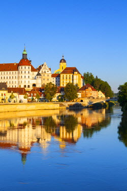DE05975 Neuburg Castle reflected in the River Danube, Neuburg, Neuburg-Schrobenhausen, Bavaria, Germany