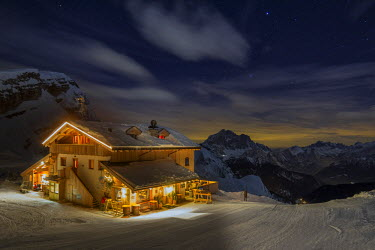 CLKMG9884 The Averau refuge in a wintertime night, surrounded by snow-covered peaks. Dolomites, Italy