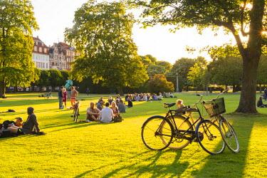 DEN0168AW Denmark, Hovedstaden, Copenhagen. Kongens Have (The King's Garden) in the grounds of Rosenborg Castle is the oldest and most visited park in central Copenhagen.