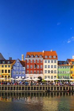 DEN0231AW Denmark, Hovedstaden, Copenhagen. Colourful buildings along the 17th century waterfront of Nyhavn.