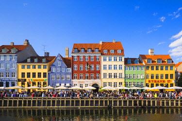 DEN0232AW Denmark, Hovedstaden, Copenhagen. Colourful buildings along the 17th century waterfront of Nyhavn.