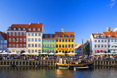 DEN0234AW Denmark, Hovedstaden, Copenhagen. Colourful buildings along the 17th century waterfront of Nyhavn.
