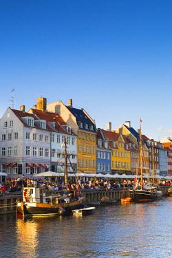 DEN0241AW Denmark, Hovedstaden, Copenhagen. Colourful buildings along the 17th century waterfront of Nyhavn.