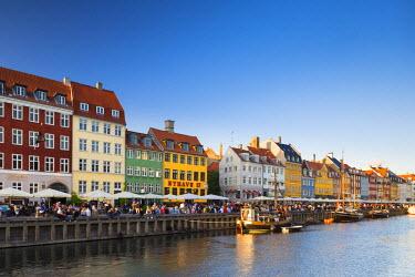 DEN0242AW Denmark, Hovedstaden, Copenhagen. Colourful buildings along the 17th century waterfront of Nyhavn.